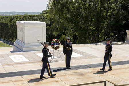 Arlington, Virginia. Het ritueel van de wisseling van de wacht bij het graf van de onbekende soldaat op de nationale begraafplaats van Arlington