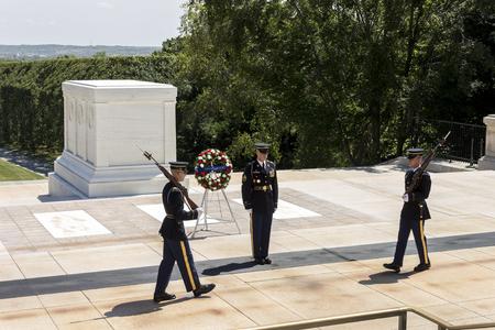 弗吉尼亚州阿灵顿。在阿灵顿国家公墓无名战士墓举行的卫兵换岗仪式