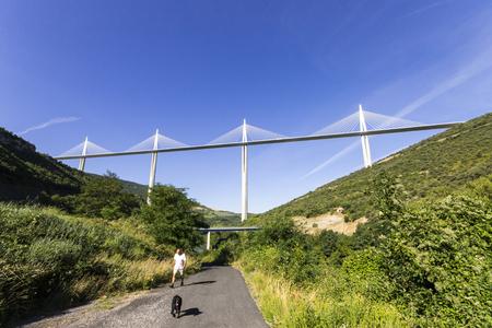 Le viaduc de Millau, un pont à haubans qui enjambe la vallée du Tarn près de Millau dans le sud de la France. Le pont le plus haut du monde avec un sommet de mât à 343 m