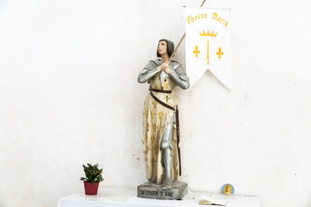 Ars-en-Re, France. Statue of Joan of Arc inside the Eglise Saint-Etienne church 新聞圖片