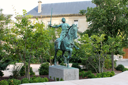 Reims, France. Equestrian statue of Joan of Arc (Jeanne d'Arc), made by Paul Dubois and placed in front of the Cathedral of Our Lady 免版税图像