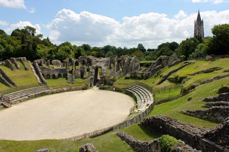 Saintes, Frankreich. Das gallo-römische Amphitheater von Mediolanum Santonum, ein wichtiges Wahrzeichen und Denkmal der Antike in der modernen Stadt Saintes