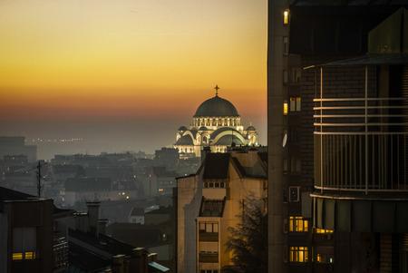 Belgrad Panorama mit dem Tempel von St. Sava am Abend