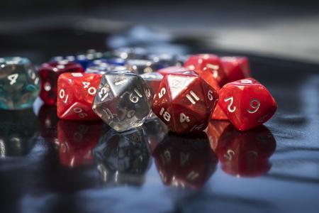 Een set van kleurrijke RPG-dobbelstenen op een zwarte tafel