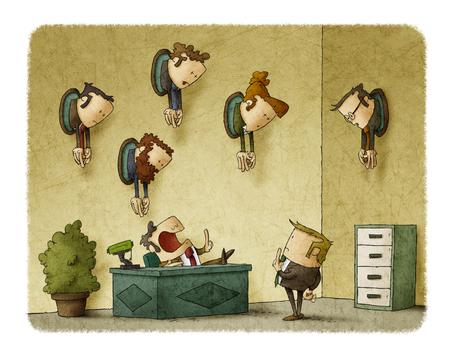 Een baas in zijn kantoor praat met een medewerker. Aan de muur van het kantoor zijn trofeeën met hoofden van werknemers Stockfoto