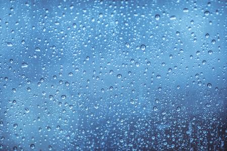 ガラス上の雨の滴