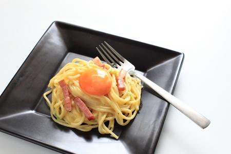 İtalyan mutfağı: İtalyan mutfağı, beyaz zemin üzerine carbonara spagetti