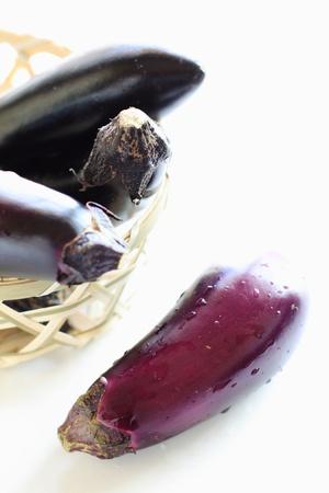 egg plant: Verano japon�s vegetales, berenjena sobre fondo blanco