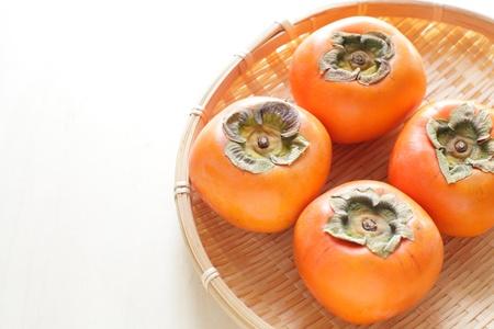 竹かごを新鮮さ柿