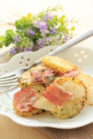comida alemana: comida alemana, patata y bacon salteado Foto de archivo
