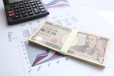 電卓と住宅ローンのイメージのための外国のお金率 c 写真素材