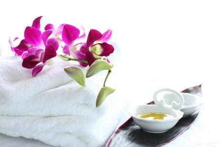 画像の美しさとスパの白いタオルで蘭とメッセージ油