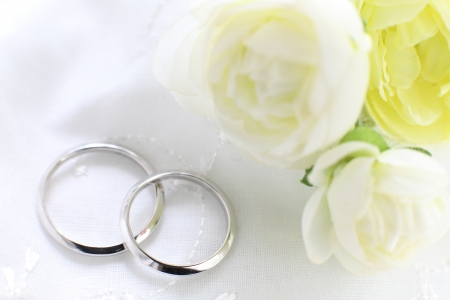 プラチナの結婚指輪と花