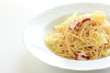 Cucina italiana, polpo e cavolo gli spaghetti Archivio Fotografico - 21187639