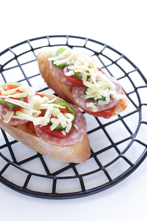 french bread: pan franc�s con salame y queso