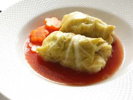 european food: comida europea, rollo de repollo con tomate