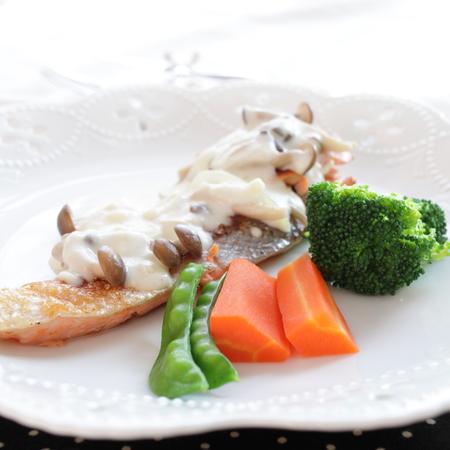 cuisine fran�aise: cuisine fran�aise, saumon saut� � la sauce blanche Banque d'images