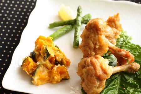 buffet food: pollo frito y ensalada de calabaza en el plato de comida de buffet de la imagen Foto de archivo