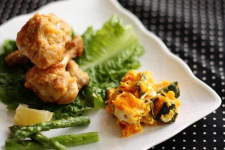 buffet food: pollo frito y ensalada de calabaza en el plato de comida de buffet para la imagen Foto de archivo