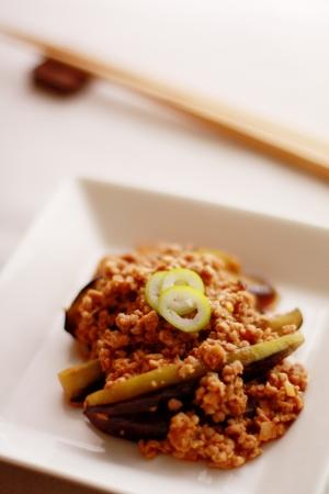 egg plant: Comida china, berenjena y carne picada Sofrito Foto de archivo