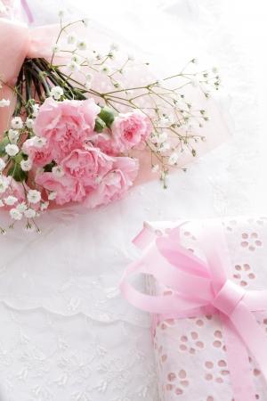Elegante roze anjer en huidige beeld De dag Mother s voor