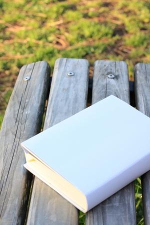 벤치에 두꺼운 책