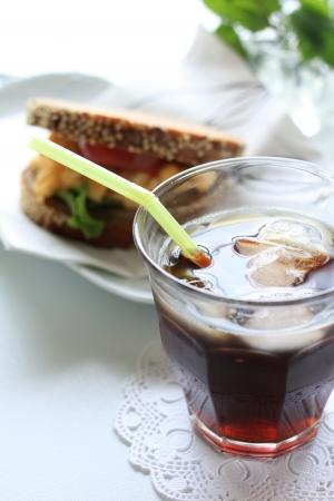 アイス コーヒーとサンドイッチ
