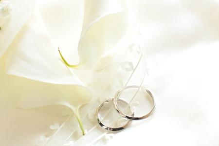 Pair of wedding ring with elegant calla photo