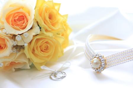 노란 장미 꽃다발과 결혼 반지 스톡 콘텐츠