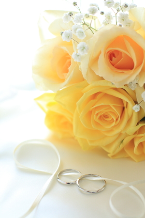 yellow roses bouquet with wedding rings Stok Fotoğraf