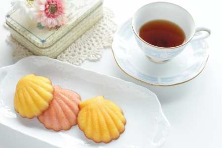 madeleine: French confection, madeleine and mint tea