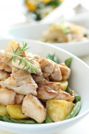 sautee: patate e pollo saltati con rosmarino Archivio Fotografico