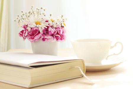 本と英語お茶タイム ・ イメージを読み取るための花を持つ 写真素材