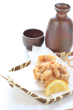 日本酒: 揚げ鶏の骨と日本酒のアルコール 写真素材