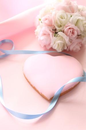 bouquet fleur: rose cookie de givrage en forme de c?ur avec bouquet de fleurs de mariage de l'image Banque d'images