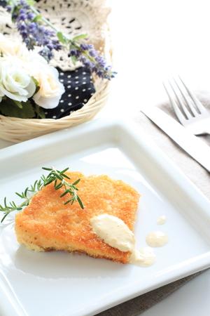 cuisine fran�aise: cuisine fran�aise, le saumon frit avec de la sauce et de romarin