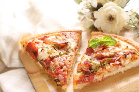 comida italiana: comida italiana, tocino y queso de pizza