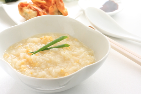 Chinesische Küche, Ei Reisbrei mit frittierten Wan-Tan Standard-Bild - 28572923