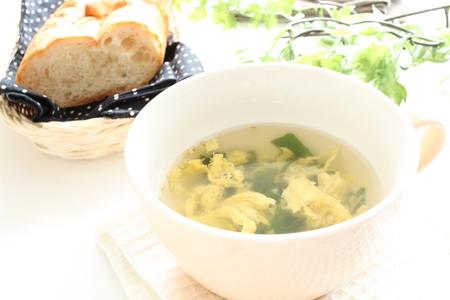 卵とワカメの背景にパンとわかめスープ