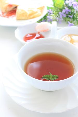cuisine fran�aise: Cuisine fran�aise, cr�pe avec sauce aux fraises et th� Banque d'images