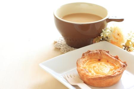 卵のタルトとコーヒーのカフェラテ