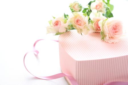 ハート形のギフト ボックスにピンクのバラ 写真素材