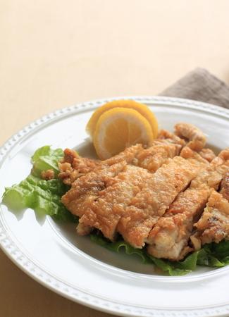 regional: Alimentos pollo frito regional japonesa con lim�n Foto de archivo