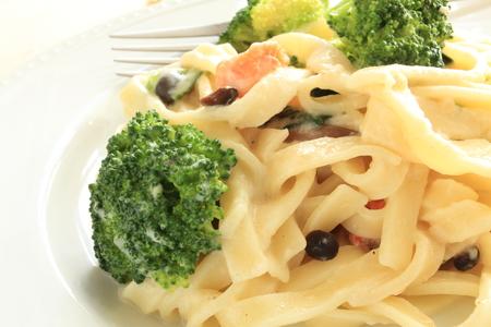 comida italiana: comida italiana, el br�coli y el salm�n cremoso fettuccine salsa Foto de archivo