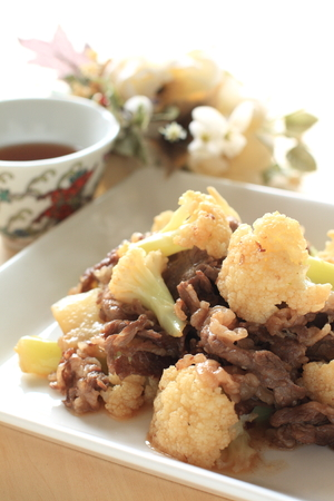 chinese cuisine: Chinese cuisine cauliflower and beef stir fried