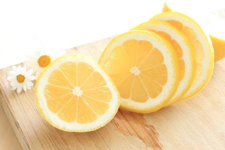 frescura: Frescura del limón en rodajas en tabla de cortar