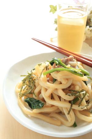 comida japonesa: Fideos Udon alimentos japoneses y revuelo de cerdo fritos