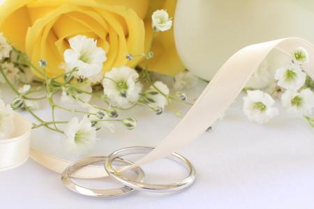 anillo de boda: rosa amarilla y el anillo de boda Foto de archivo
