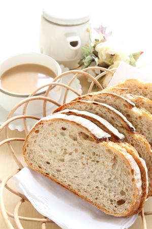 canasta de pan: Pan francés rebanado en cesta con café Foto de archivo