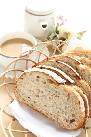 pan frances: Pan francés rebanado en cesta con café Foto de archivo